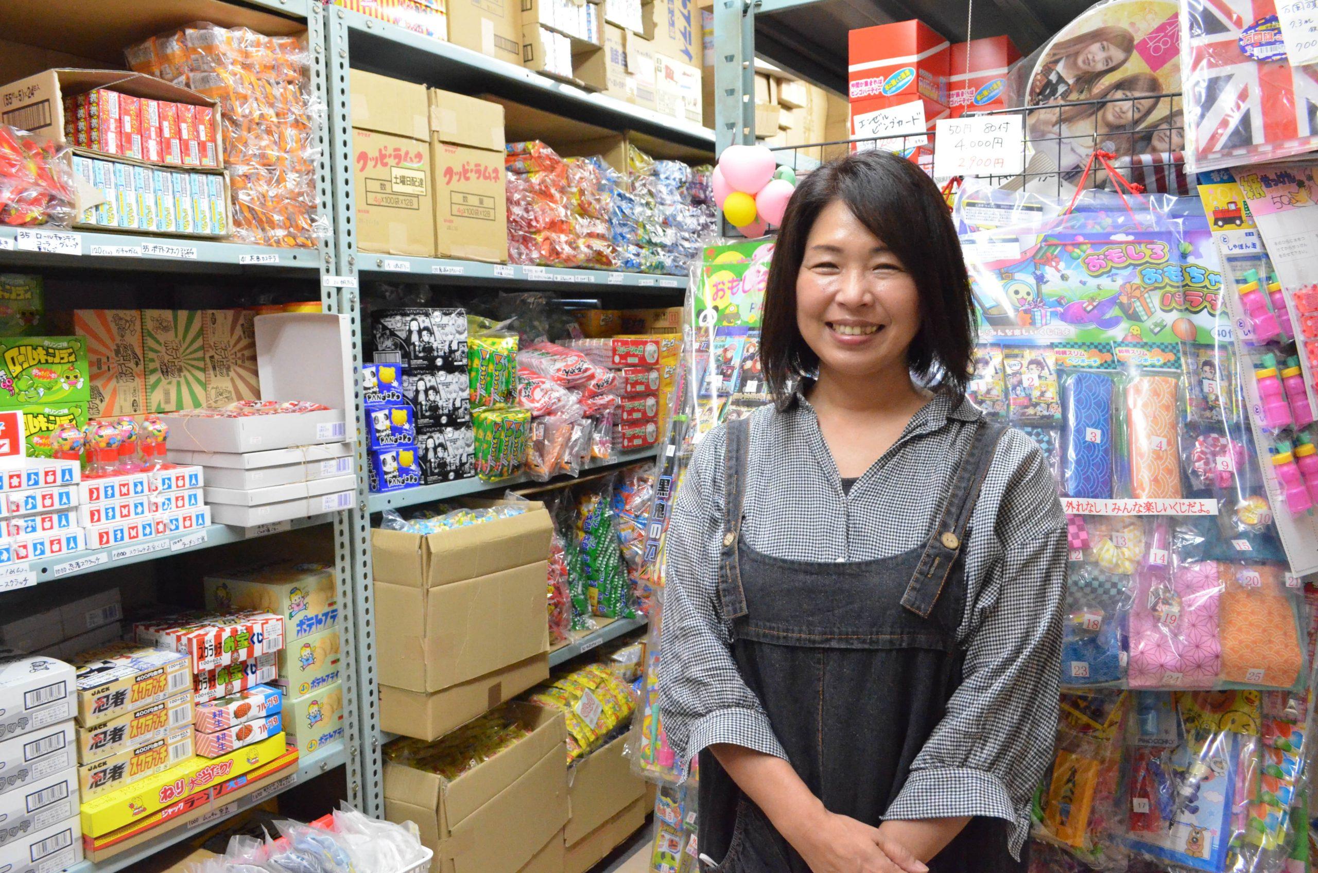 バルーンパフォーマーからの転身!100年続く小売店を承継、令和の駄菓子屋参上!