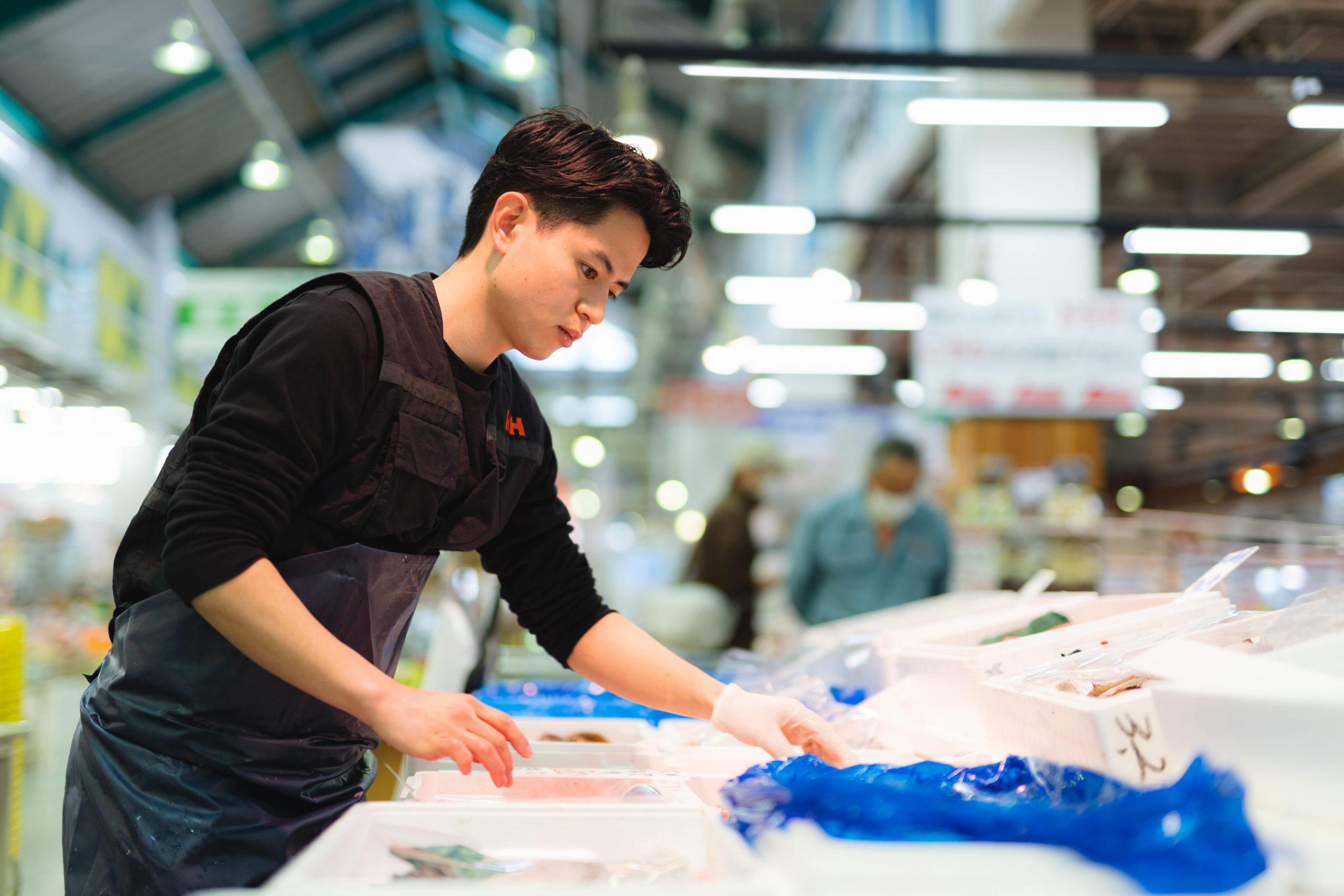 「街をもっと多彩に」会長語録や経営理念を作ることで会社をまとめあげた海産物専門店の4代目